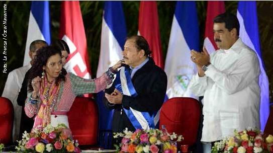 Presidente de Nicaragua con su esposa y Nicolás Maduro