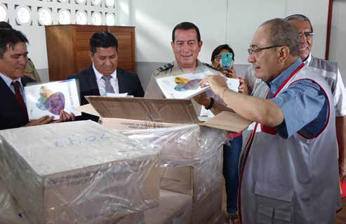 Ex Ministro supervisando entrega de materiales escolares - politicas educativas