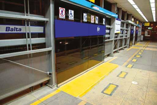Líneas podotáctiles en el Metropolitano