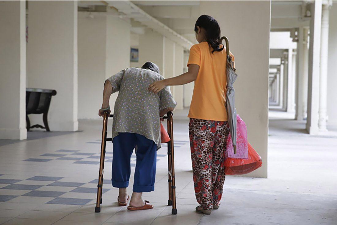 Trabajadoras del hogar cuidan personas mayores